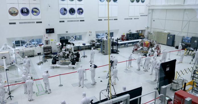 Reporters from around the world get a look at Mars 2020 mission rover at Jet Propulsion Laboratory – Los Angeles Times